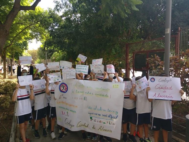 Mensajes y carteles en favor de una movilidad sostenible, segura y saludable.