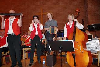 Photo: Vortrag der Muhabas (v. l) Peter und Lotti Schaffner, Simon Dettwiler, am Bass Claudia Maier