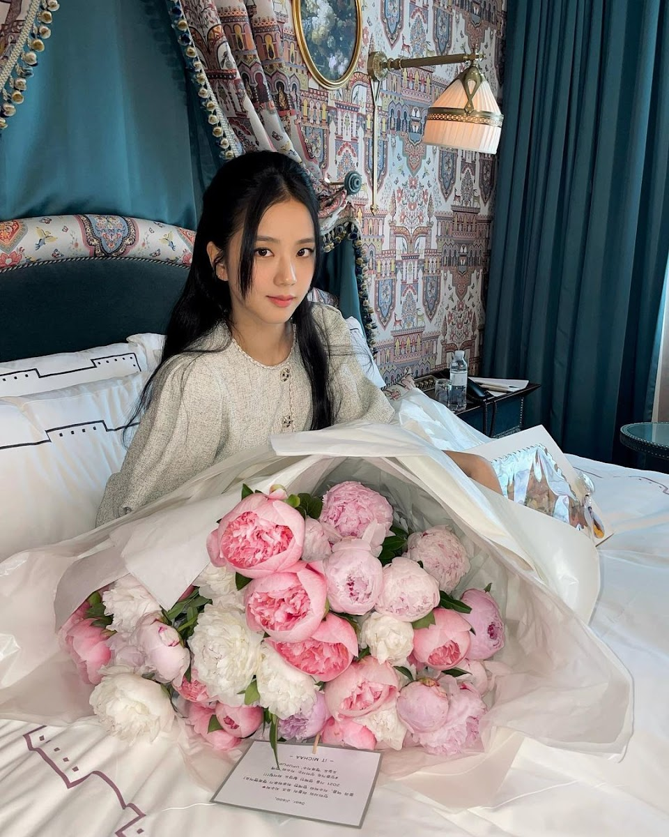 jisoo with them flowers again