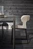 moderne tafel met grijshouten blad en stoel met withouten zitting
