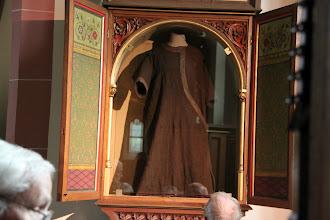 Photo: Skab med den hellige Elisabeths kjortel