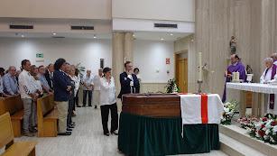 Los hijos de Fausto ante el féretro de su padre con la bandera de Almería.