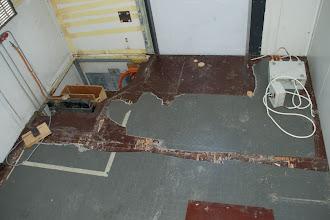Photo: Der alte PVC-Belag will nicht wirklich runter..