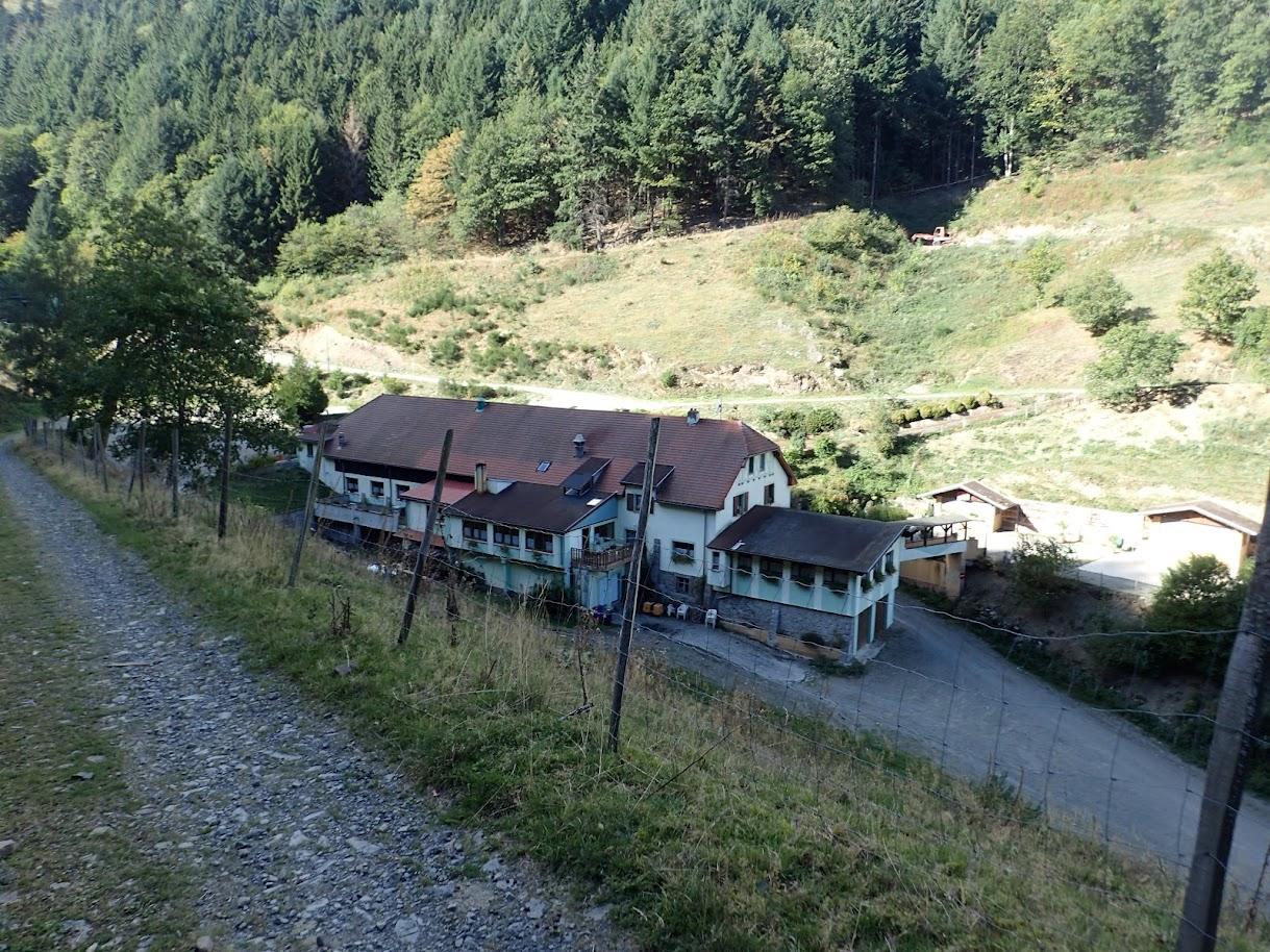 La ferme-auberge de Diefenbach dans l'ombre, c'est assez isolé