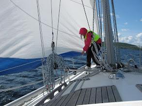 Photo: Sonja nostaa purjeen helmaa.
