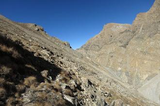 Photo: Dans la montée sur la pente herbeuse en direction du col à 4810m