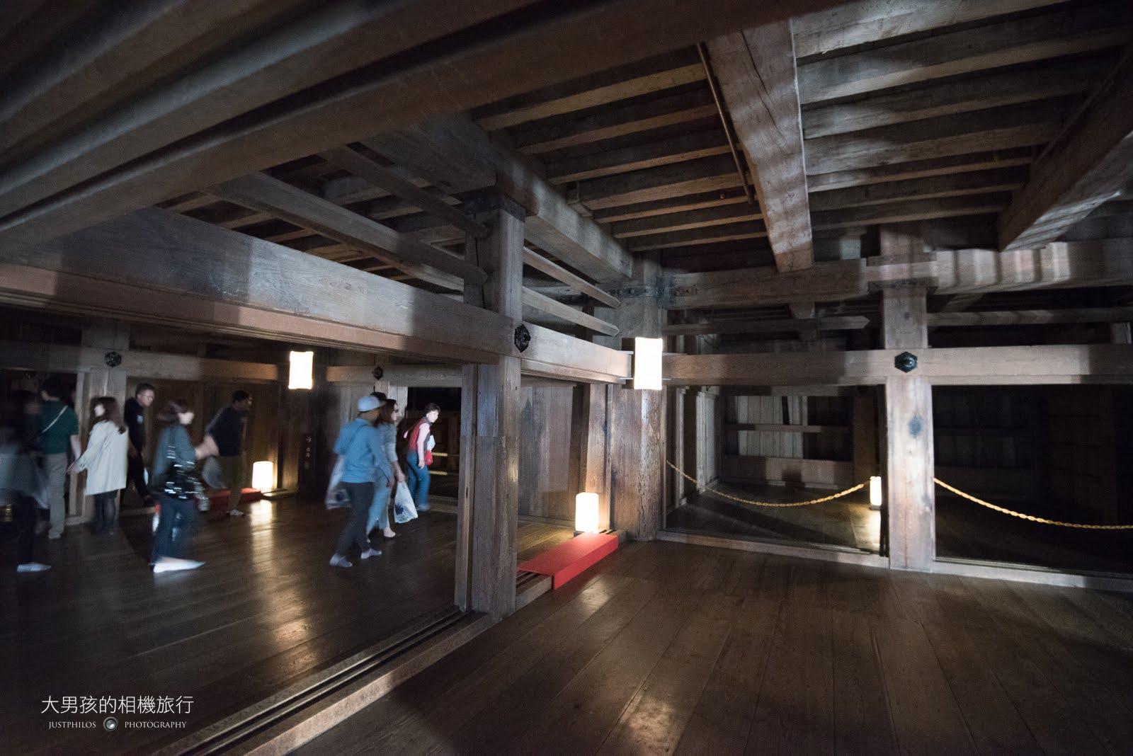 姬路城天守閣內部以大片木柱與木質地板為主,保存滿完善的。