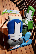 Photo: Castle Crashers Blue Knight and Green Knight, game art carved by Melissa Jones...Check out http://www.nicecarvings.com