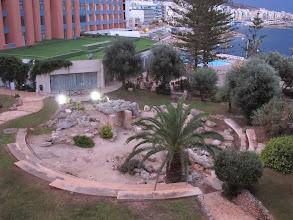 Photo: 13.10.07St Paul's Bay,Qawra : hôtel Dolmen, chambre, vue matinale vers dolmen