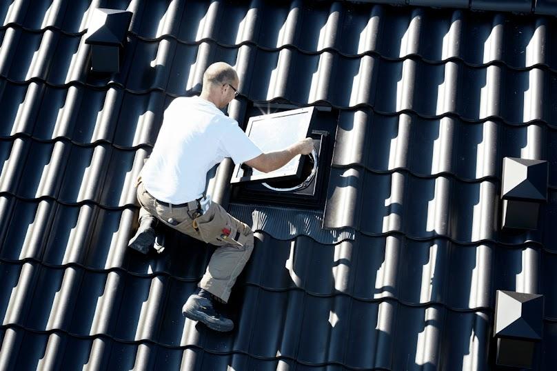 Montaż świetlika do dachów skośnych VELUX TWR