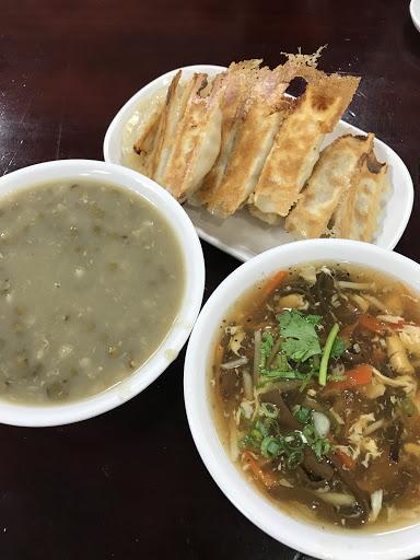 用餐時段生意非常好,需要排隊~點了鍋貼、鮮肉蒸餃、酸辣湯、牛肉蛋花湯、綠豆粥,每樣都不錯吃,但口味比較偏鹹。特推綠豆粥,不會太甜,夏天很消暑!