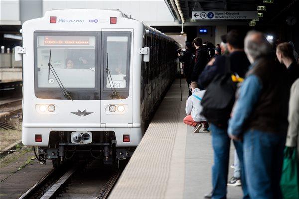 Csak úgy robog az első fölújított metrószerelvény!