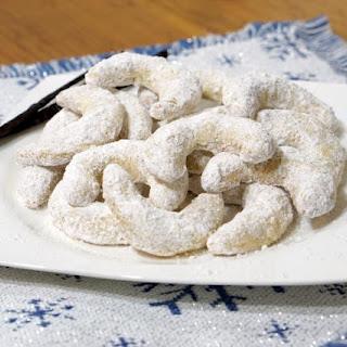 Vanillekipferl (Austrian Vanilla Crescent Cookies).