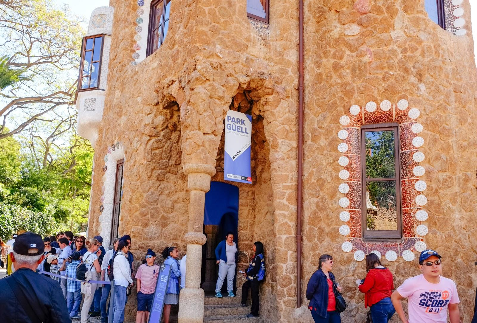 Long queues are a common sight when visiting Park Guell. The best time to visit is in the morning.