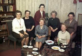 Photo: Bestuur v.l.n.r. H. Griever, P. Spijkstra, H. Okken, A. de Jonge, M. Bruins. Voor: G. Mulder en H. van Bergen.