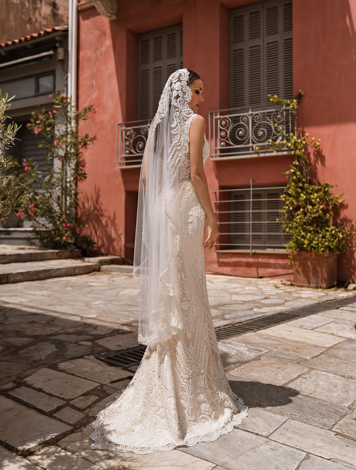 Кружевное свадебное платье с фатой