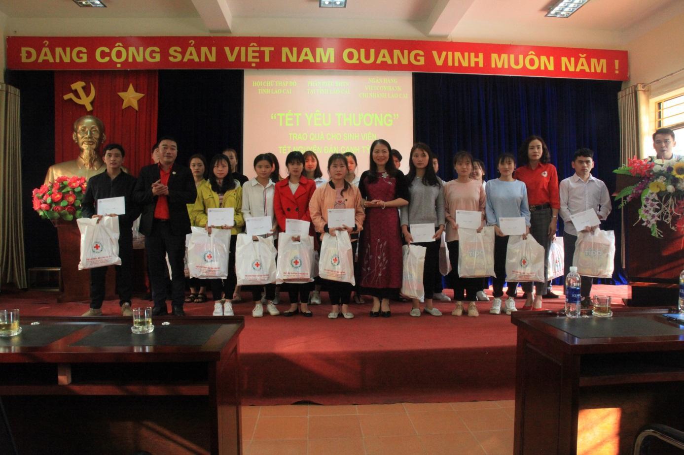 """Ấm áp Chương trình """"Tết yêu thương"""" của Phân hiệu ĐHTN tại tỉnh Lào Cai"""