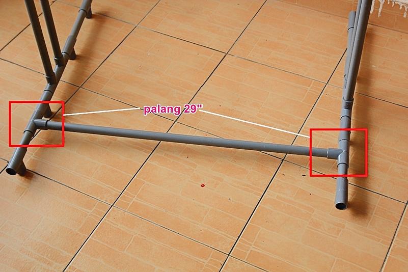 Pasang palang pada kaki ampaian supaya dapat mengukuh binaan rak ampaian.