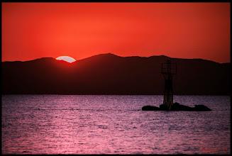 Photo: Morgens um 4:15 Uhr am Ionischen Meerbusen  Gegenlicht bedeutet hohe Kontraste. Denn wenn sich unser Motiv zwischen Lichtquelle und Kamera befindet, liegt es automatisch im Schatten. Es wird ja von hinten beleuchtet. Diese Situation bringt den Belichtungsmesser in unserer Kamera im Regelfall ganz schön durcheinander.