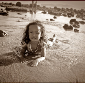 i love to play water mom.. by Whika Singer - Babies & Children Children Candids