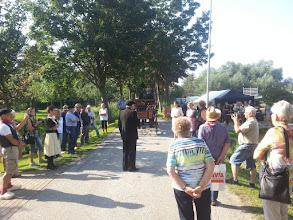 """Photo: Ontvangst op Den Oude Dijk door de voorzitter van de historische vereniging """"Den Oude Dijk"""", Joop Kwakernaak."""