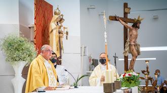 A la misa acudieron numerosos fieles.