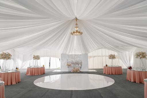 Банкетный зал «Площадка «Дворцовая» с шатром» для свадьбы на природе