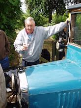 Photo: Benny Hansen genser sin gamle bil i 2008 - Benny mener han har haft bilen sidst i 1950'erne. / Benny Hansen may have owned the car back in the late 1950'es.