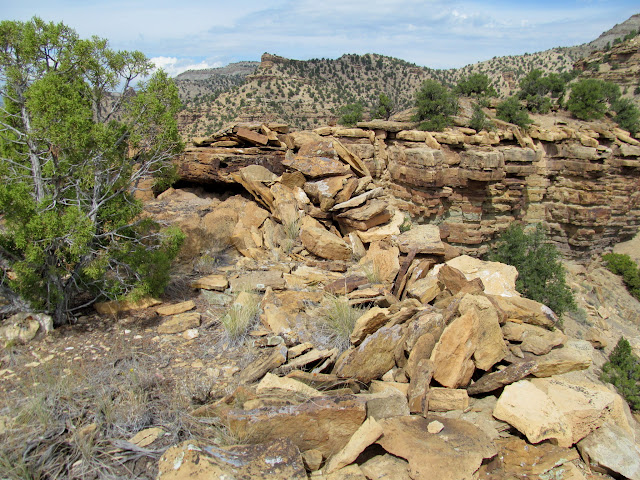 Fallen rock walls on the edge of the butte