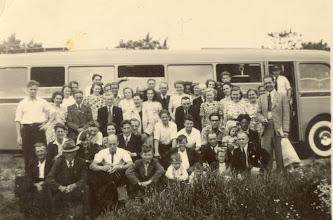 Photo: vv Vuren gaat een dagje kersen eten in de Betuwe begin jaren 50
