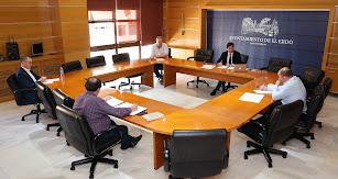 Desarrollo de la reunión en el consistorio.
