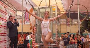 Espectáculo con aros de una de las profesionales del Circo Quirós.