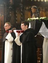 Photo: Přenesení ostatků po přednášce k hlavnímu oltáři.