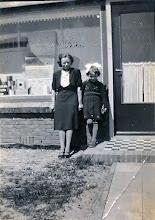 Photo: Annie de Jonge en Hennie Paas voor de schilderswinkel van Frits de Jonge aan de Naweg