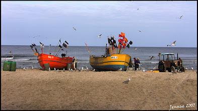 Photo: bunte Fischerboote mit Traktor an der Ostseeküste