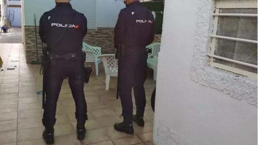 Agentes en una de las actuaciones en Almería.