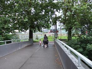 Photo: Мама троих детей. Двое крохотных близнецов и девочка около 3 лет. Идет расслабленно и с улыбкой. На этот мост она поднялась на лифте и спустится на нем же. Никаких подвигов на ступеньках.