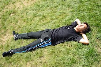 Photo: 芝生で寝るしょへ。気持ちよさそーだ。