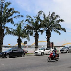 ベトナム中部ダナンの中心地にある市民の台所「ハン市場」でアオザイを買う