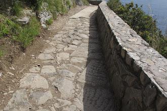 Photo: Antico selciato con grandi lastre, dove mancano il livello è mantenuto dal solito cemento
