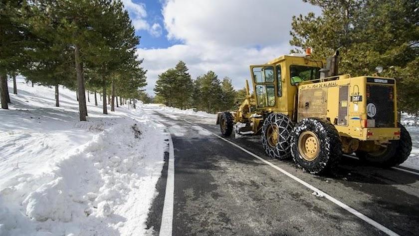Máquina trabajando entre la nieve en la provincia de Almería.