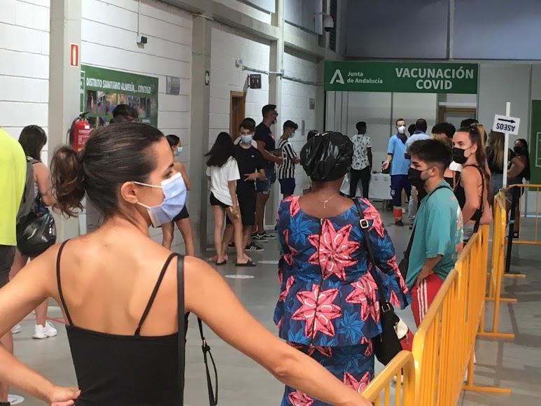 Personas sin cita previa esperan a ser registradas para vacunarse. Foto de Víctor N.