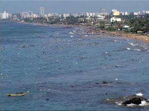 Photo: Tsunami 2004. Das Meer ist nach der 2. Welle voller Trümmer. Es folgt noch eine. / After the 2nd wave the sea is full of debris. Another wave will follow. Video image: S. Hartmeyer.