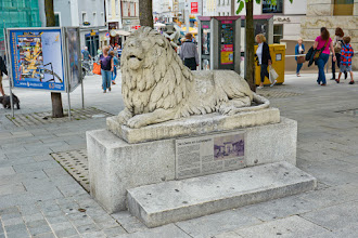 Photo: NaLudwigsplatz stoją dwa kamienne lwy