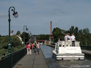 Photo: Pont canal à Briare. En arrière plan, la grande tour de l'usine élévatoire d'eau à Briare construite entre 1894 et 1895. C'est vraiment très intéressant à connaitre : http://www.jph-lamotte.fr/files/Plais-hist_briare_elevatoire.htm