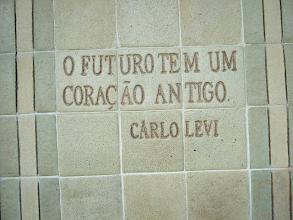 Photo: Esta é uma frase encontrada na entrada da Oficina de Brennand, no Recife. Dá muito o que pensar...