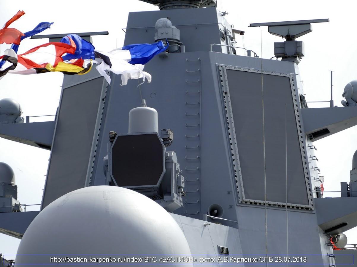 Em segundo plano o radar de matriz ativa faseada Poliment 5P-20K e o radar de controle de fogo Puma 5P-10 a sua frente