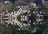 Городок Одда смотриться в воды фьорда