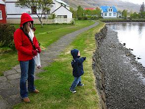 Photo: Henda steinum í lónið