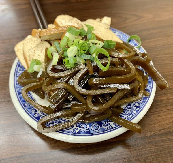 酥炸嫩口排骨(現點現炸),份量十足蕃茄麵(湯頭偏甜),頗有咬感的刀削麵體,牛肉厚實軟而不爛糊。小菜夠味無需調味。